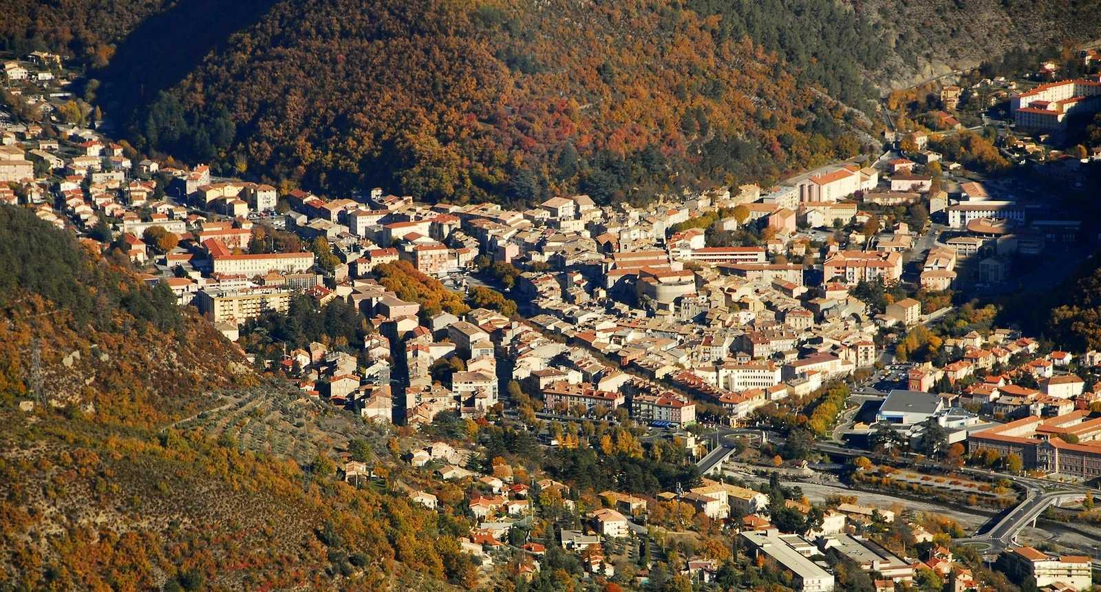 Vue aérienne sur la ville de Digne-les-Bains