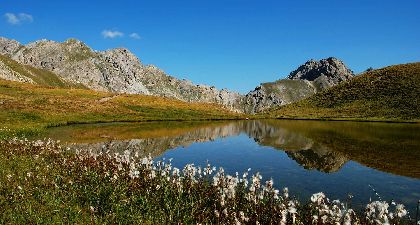 Lac au coeur des montagnes du Queyras