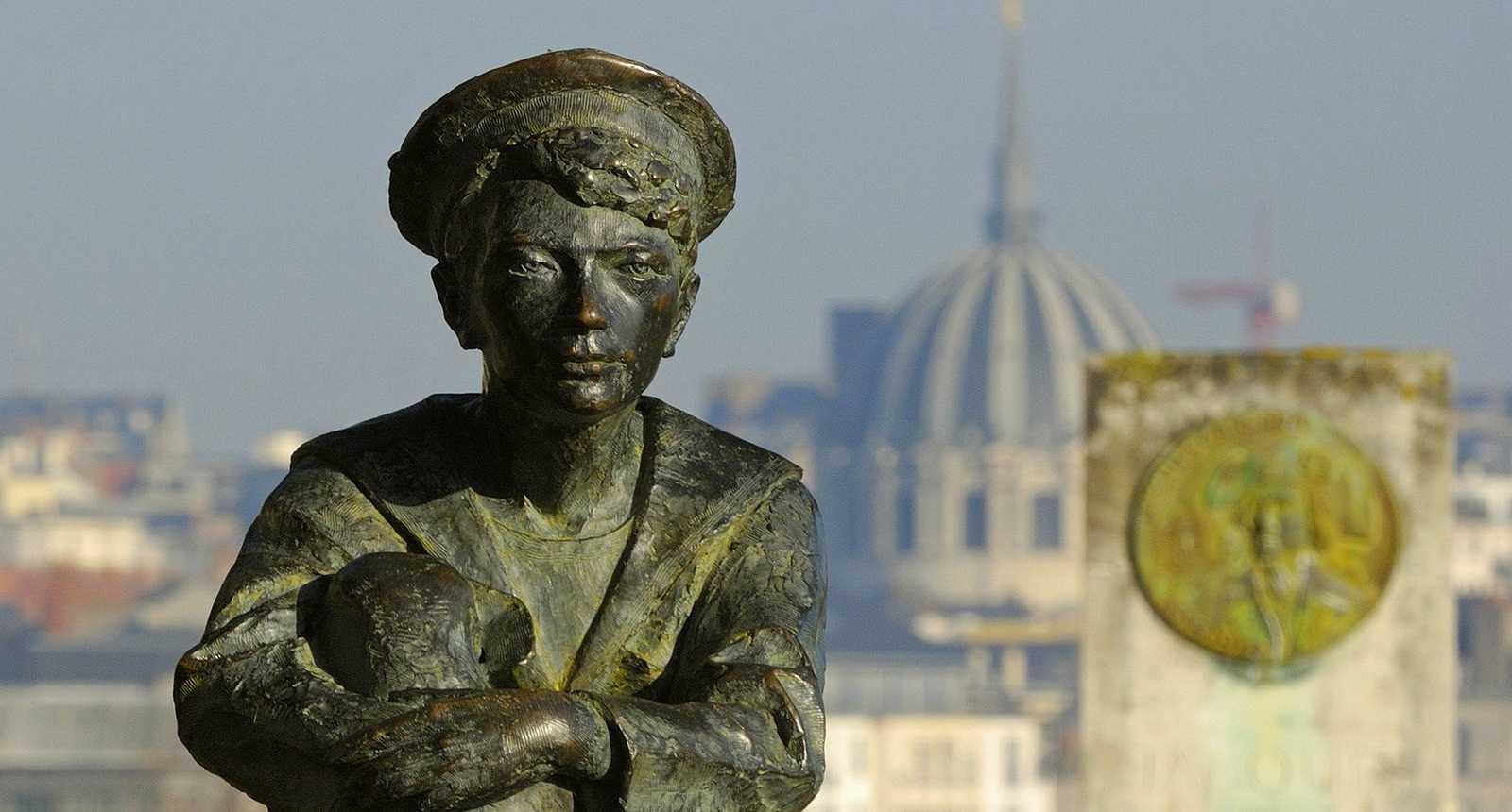 La statue de Jules Verne enfant sur la Butte Sainte-Anne à Nantes