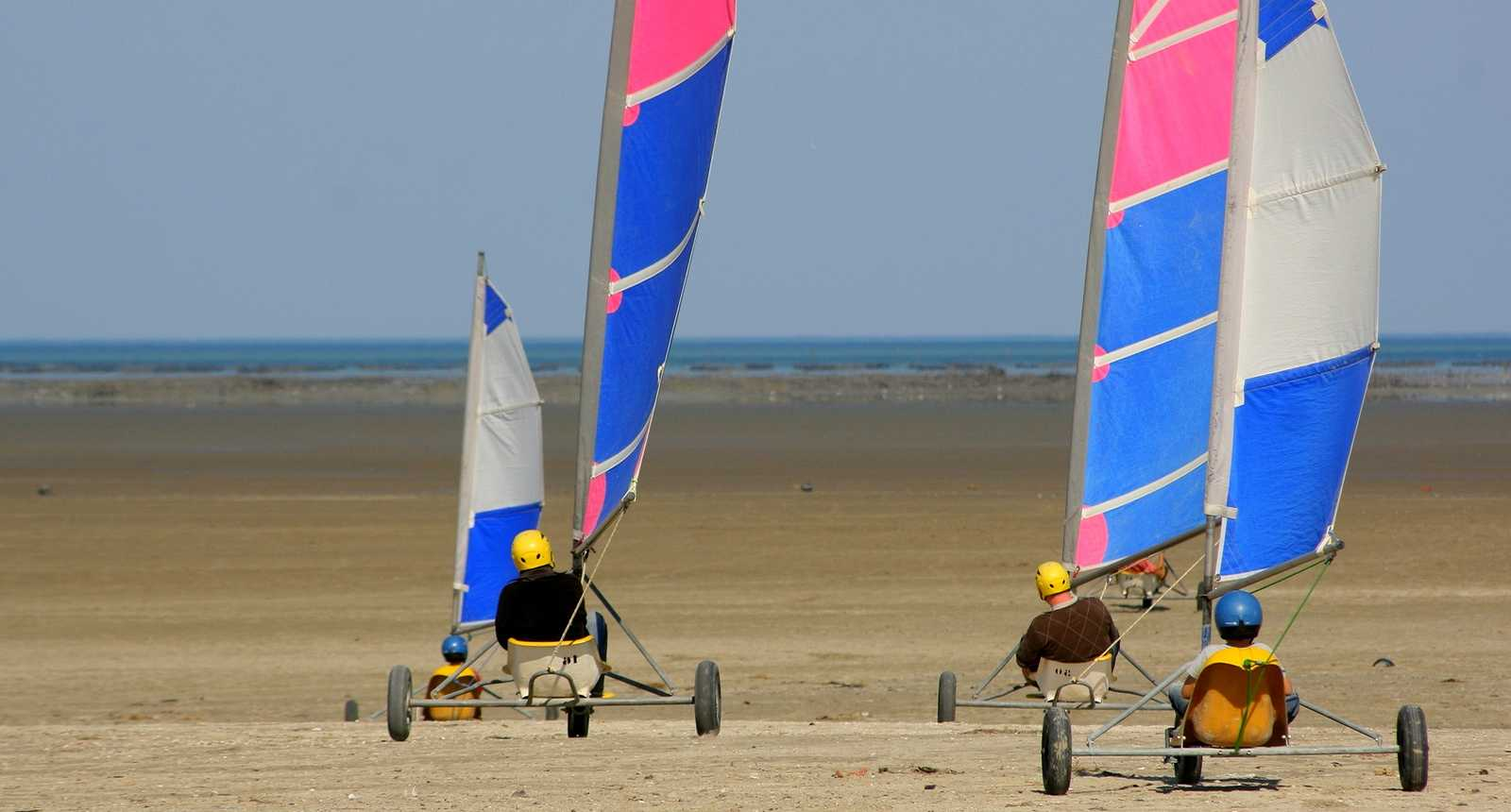 Chars à voile sur une plage de la Baie de Somme