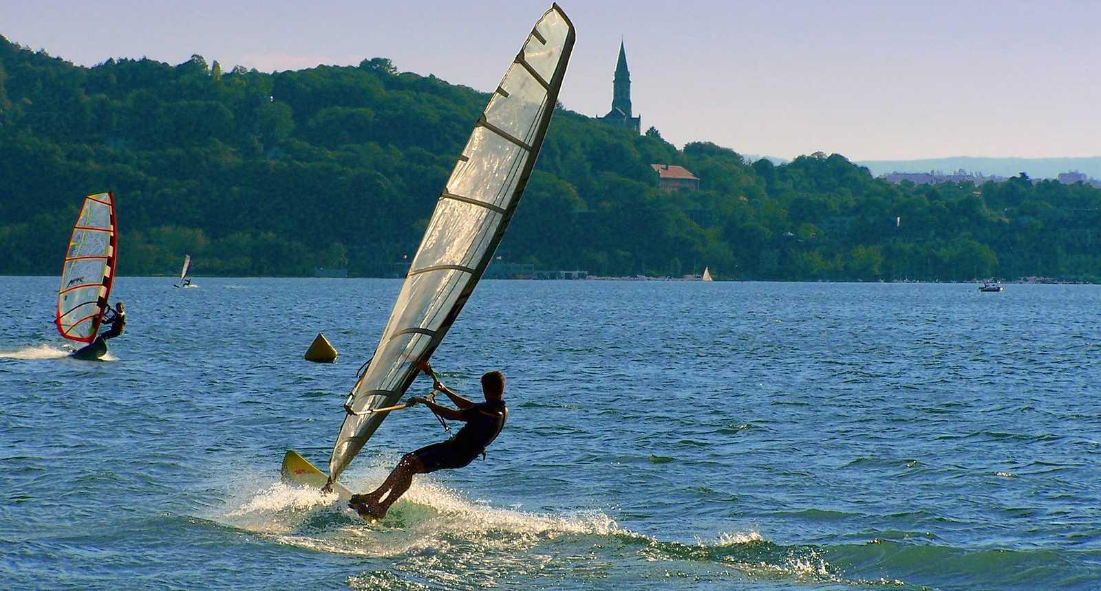 Planches à voile sur le Lac d'Annecy