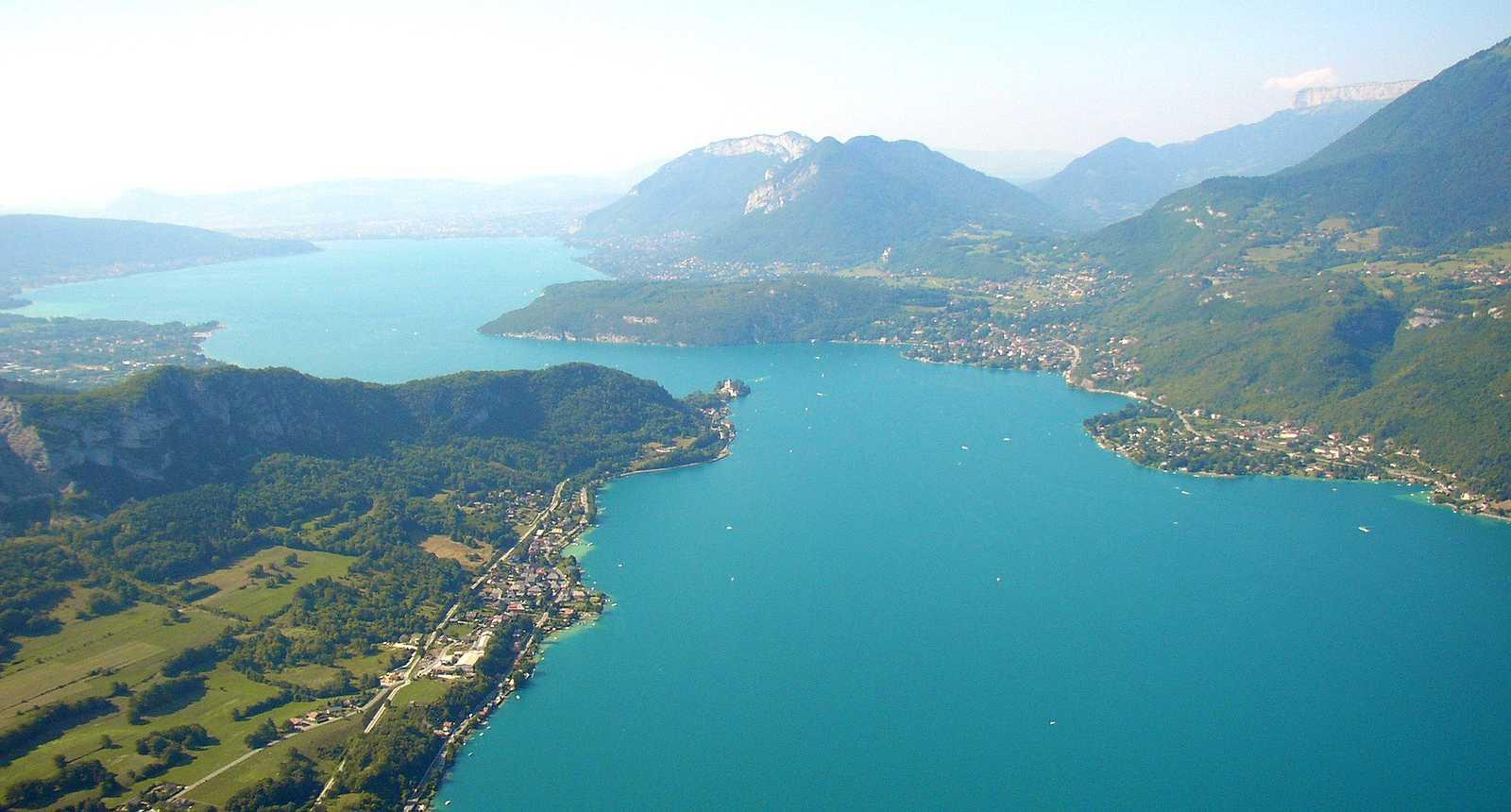 Vue aérienne du Lac d'Annecy