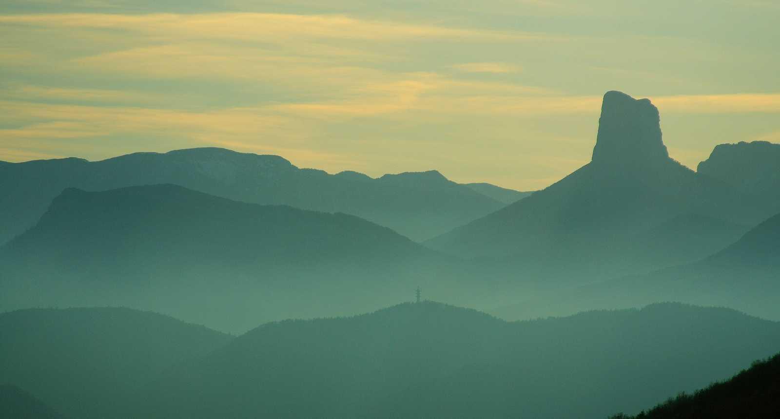 Le Mont Aiguille dans la brume