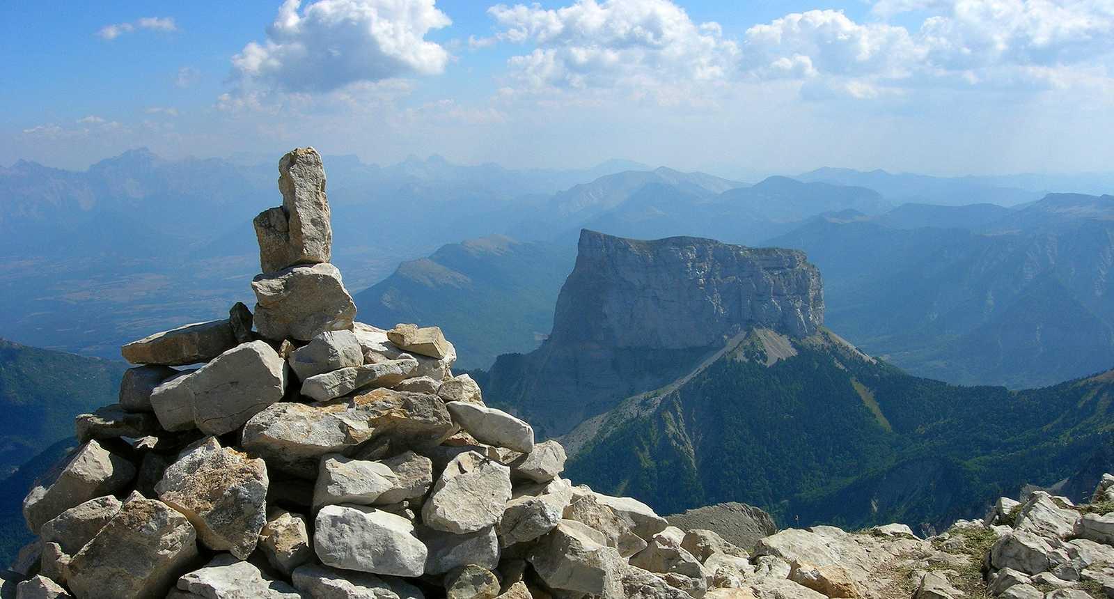 Cairn, au loin le Mont Aiguille