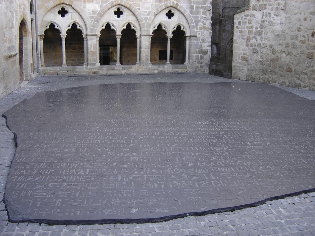 La pierre de Rosette sur la place des écritures_Figeac