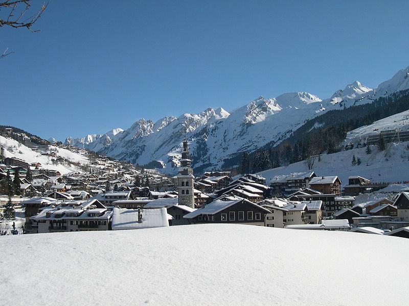 Le village de La Clusaz et le massif des Aravis