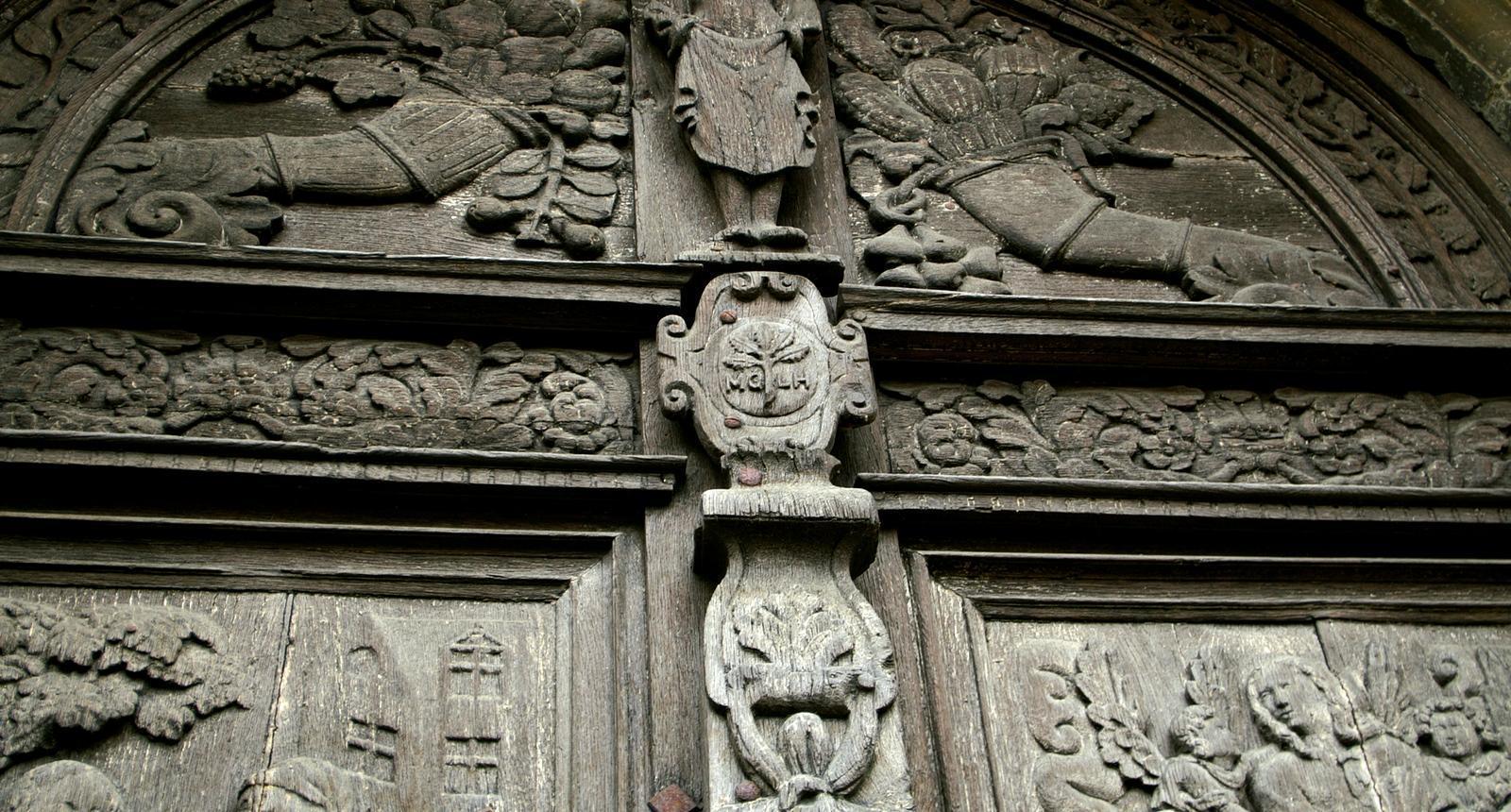 Fronton du porche central de l'église Notre-Dame de Saint-Calais