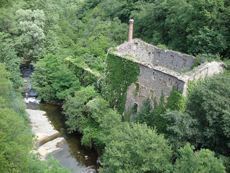 Privas, Ardèche, Le Mézayon avec moulin en ruine