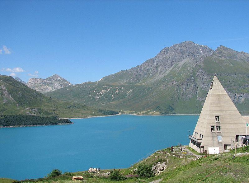 Lac du Mont Cenis, avec la pyramide chapelle et le jardin botanique au premier p