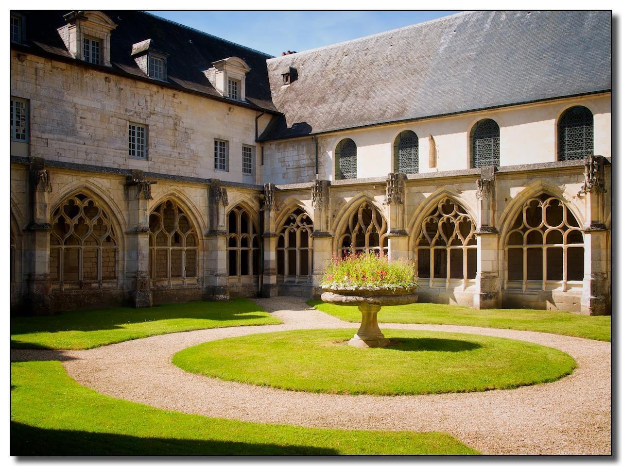 Cloître de l'abbaye de Fontenelle__Saint-Wandrille-Rançon