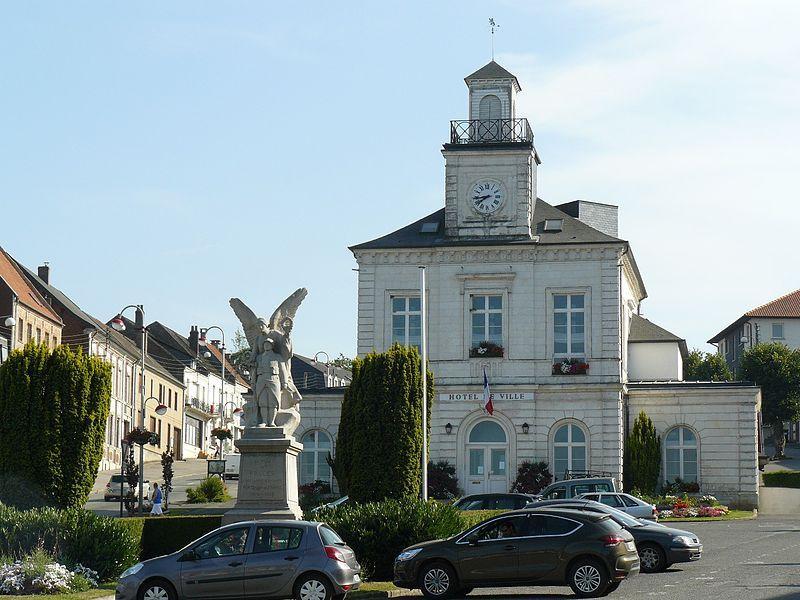 Mairie et monument aux morts de Fruges