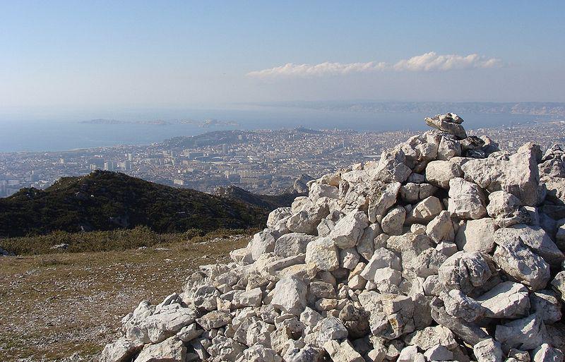 Sommet du mont Saint-Cyr. Vue sur la ville et la rade de Marseille.