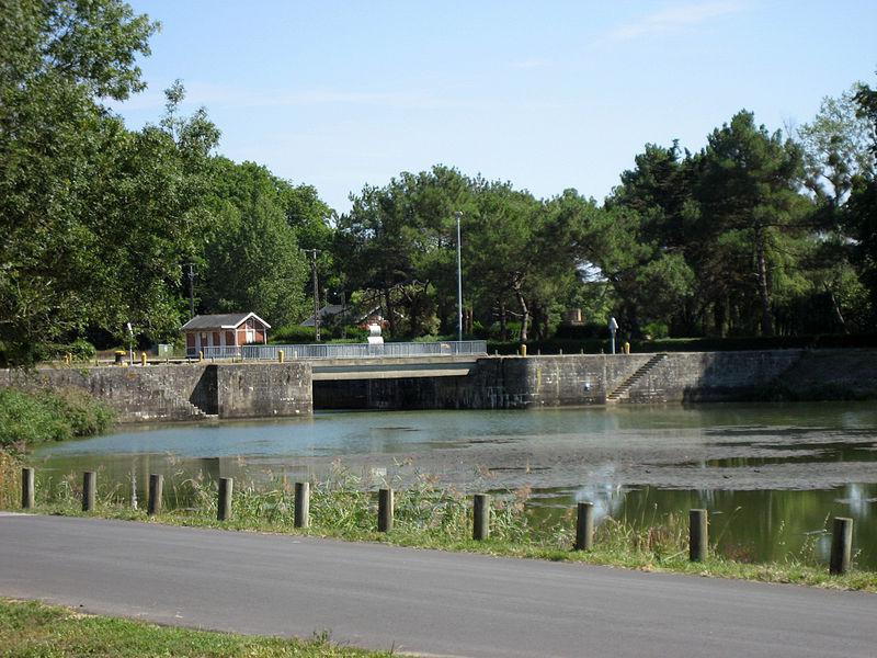 Canal et pont de La Martinière