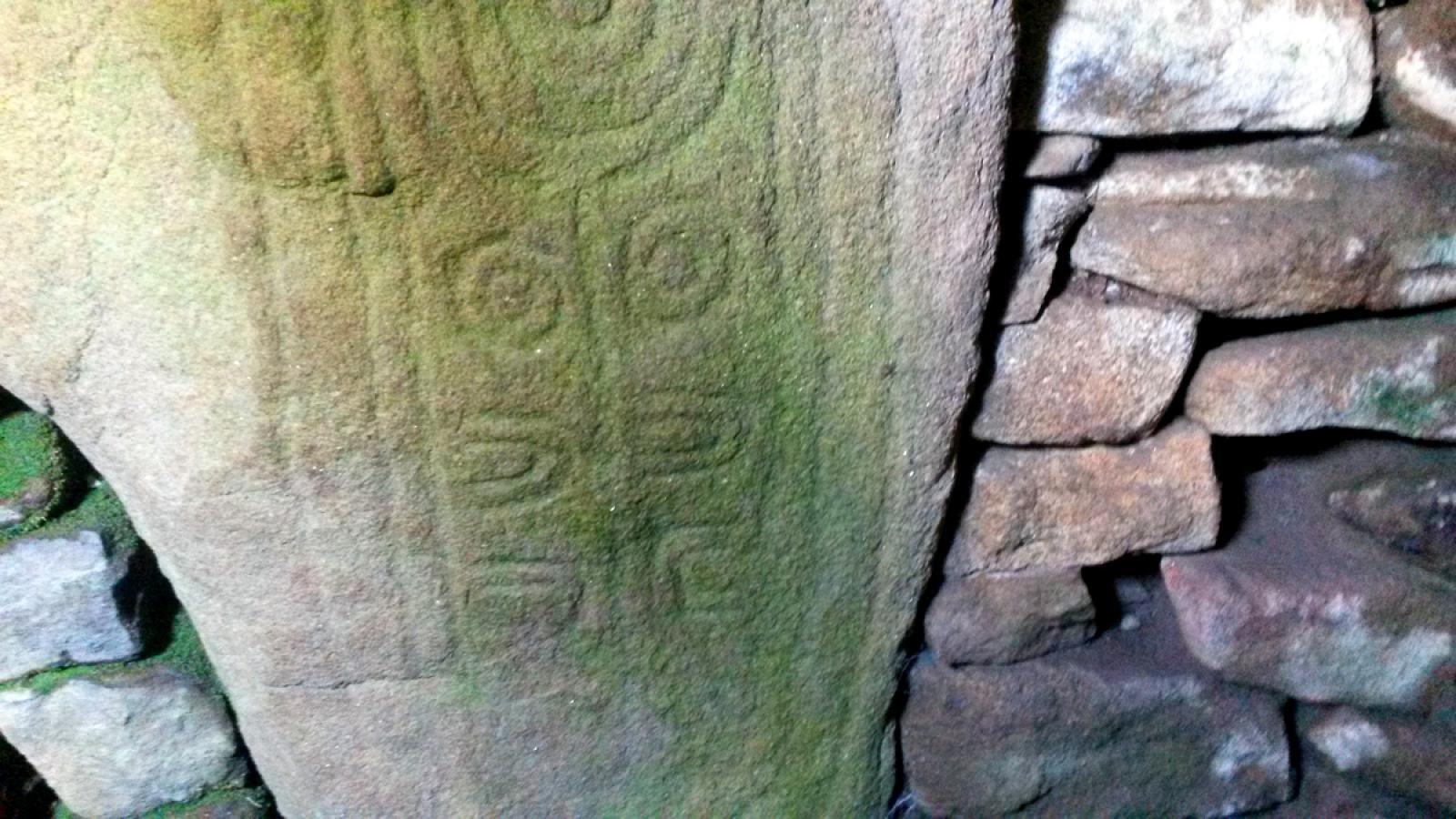Dolmen des Pierres-Plates - Paroi sculptée