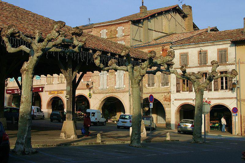 Halle et place de Beaumont-de-Lomagne
