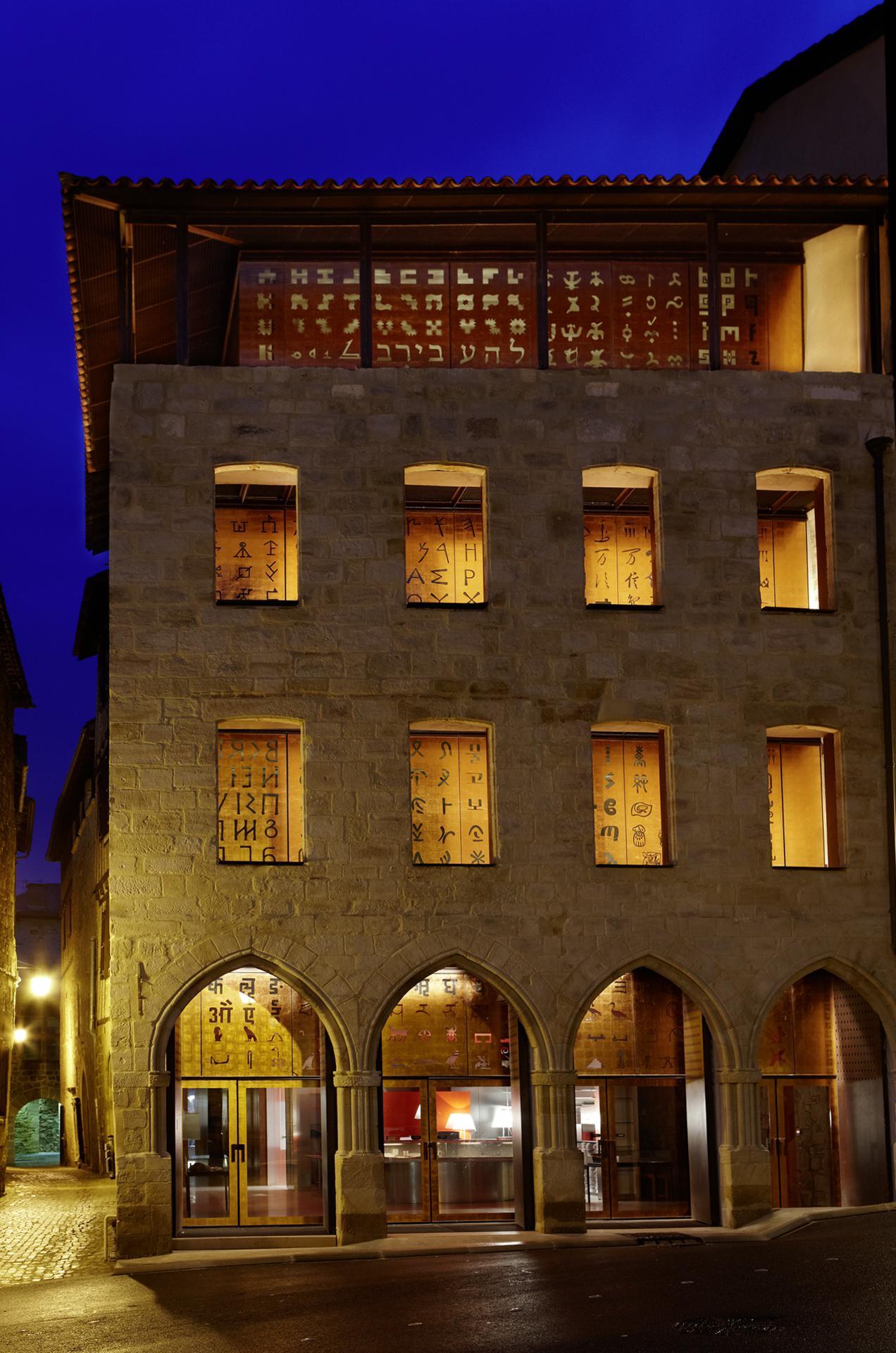 Façade de nuit Musée Champollion- les Ecritures du Monde_09 Nelly Blaya-CG46