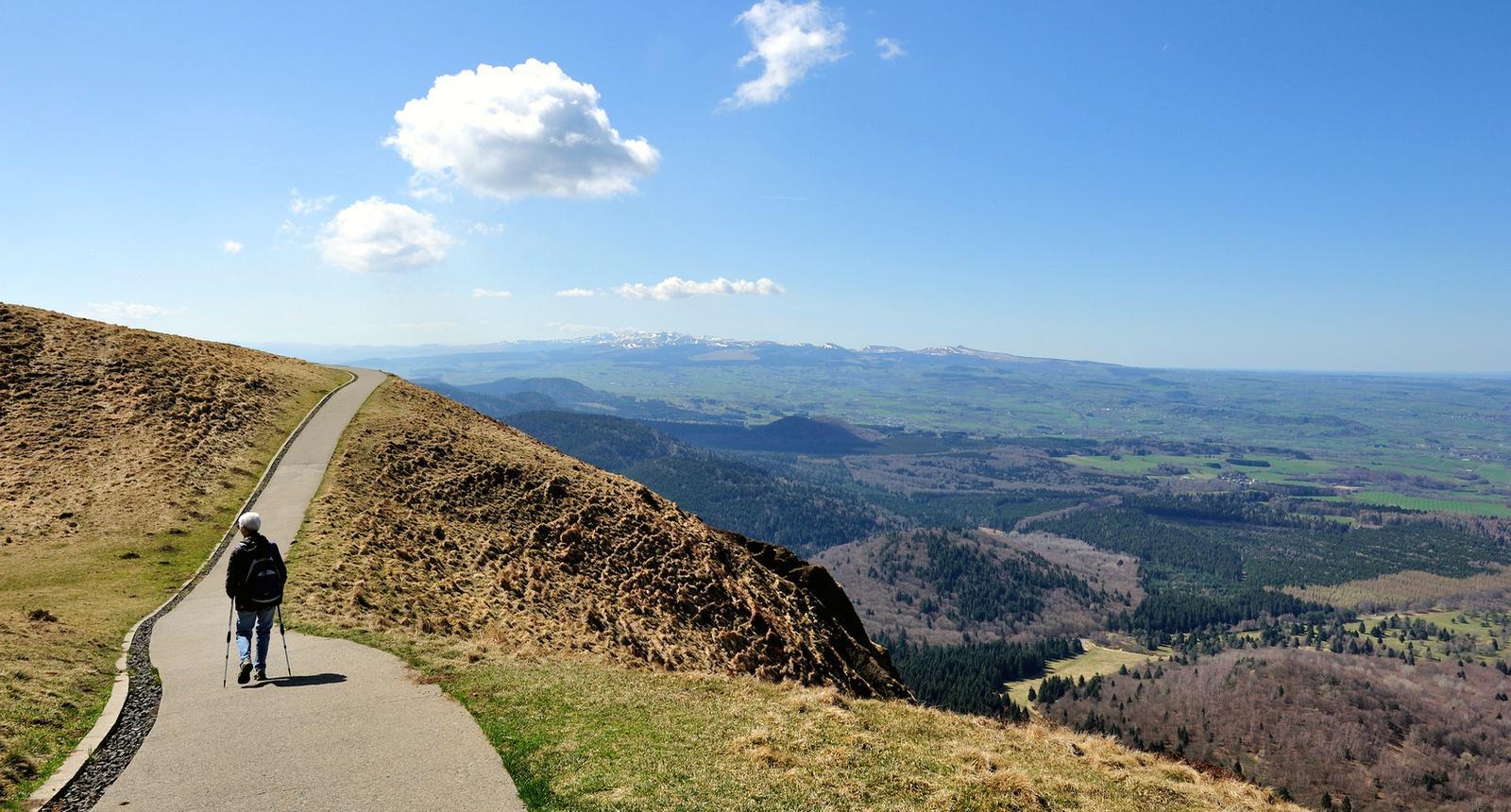 Marche en solitaire, sommet du Puy-de- Dôme