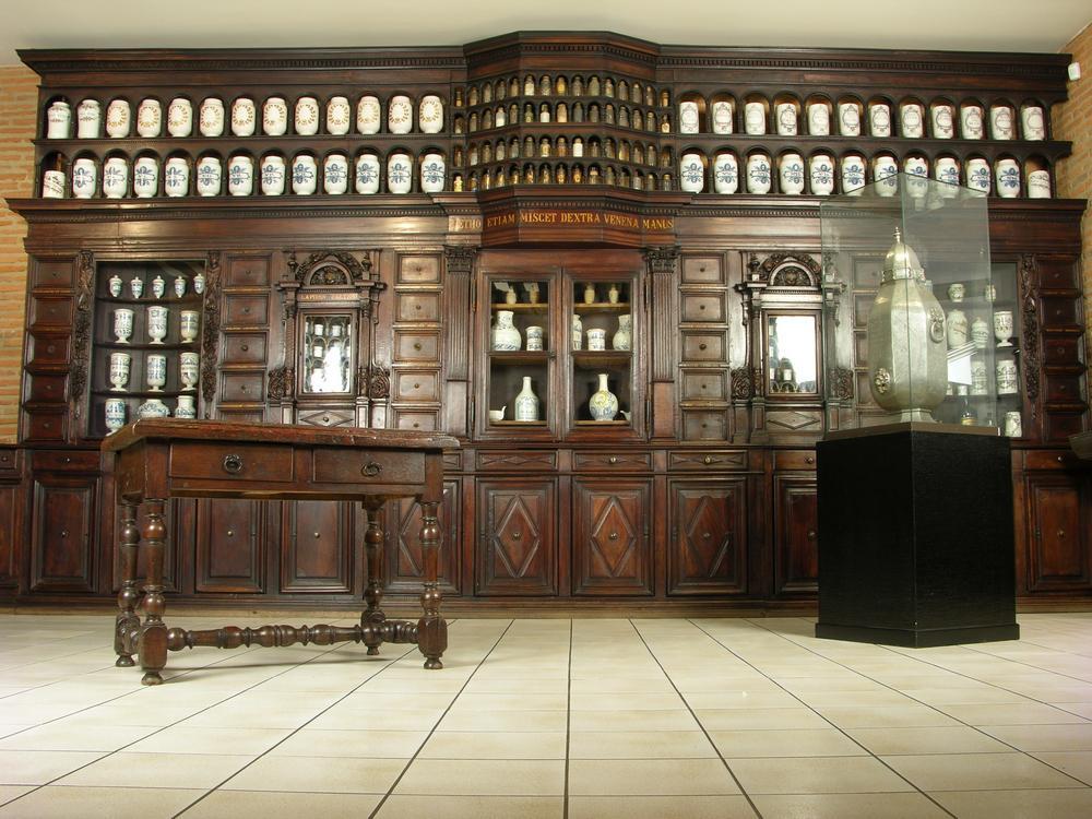 Salle-de-la-pharmacie-des-Jesuites musee paul dupuy TOULOUSE