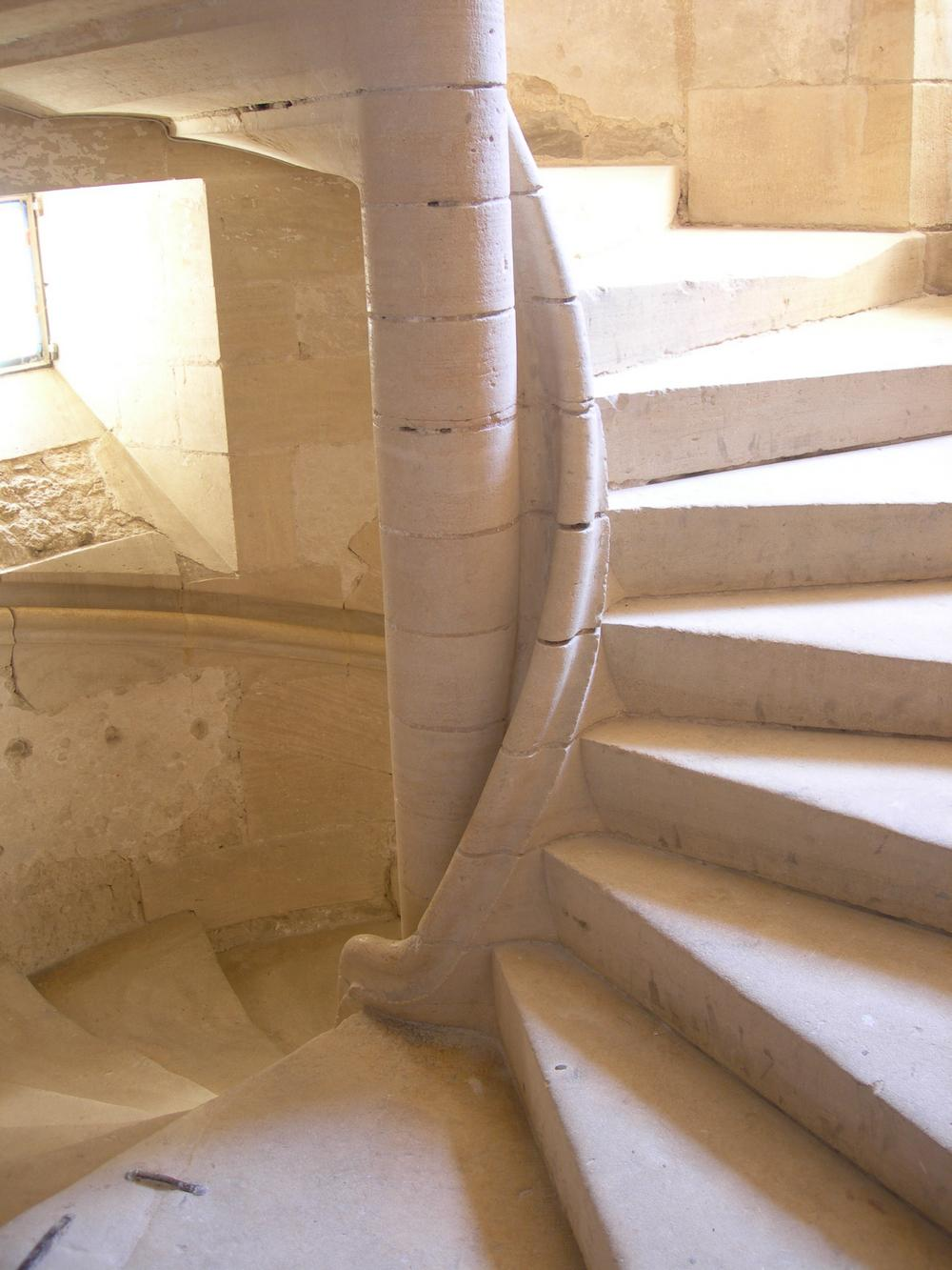 escalier dans cour palais eveque ALAN