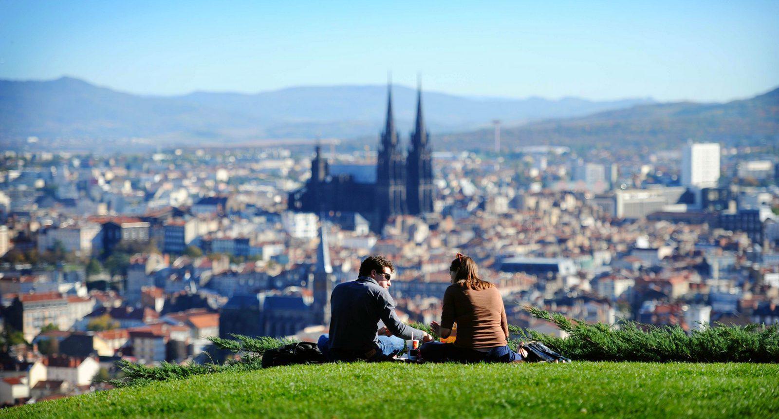 Clermont-Ferrand - vue sur la ville depuis le parc Montjuzet