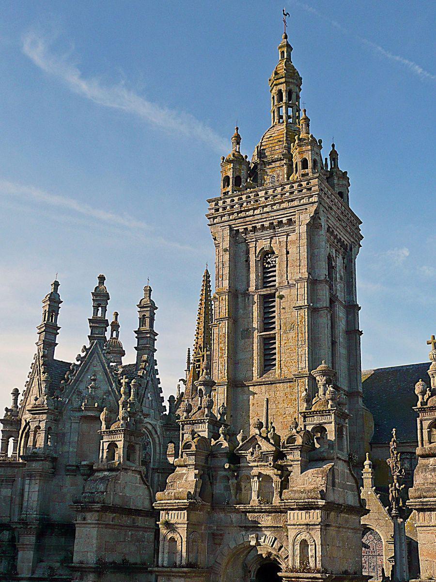 Eglise et porte triomphale de l'enclos paroissial_Saint-Thég