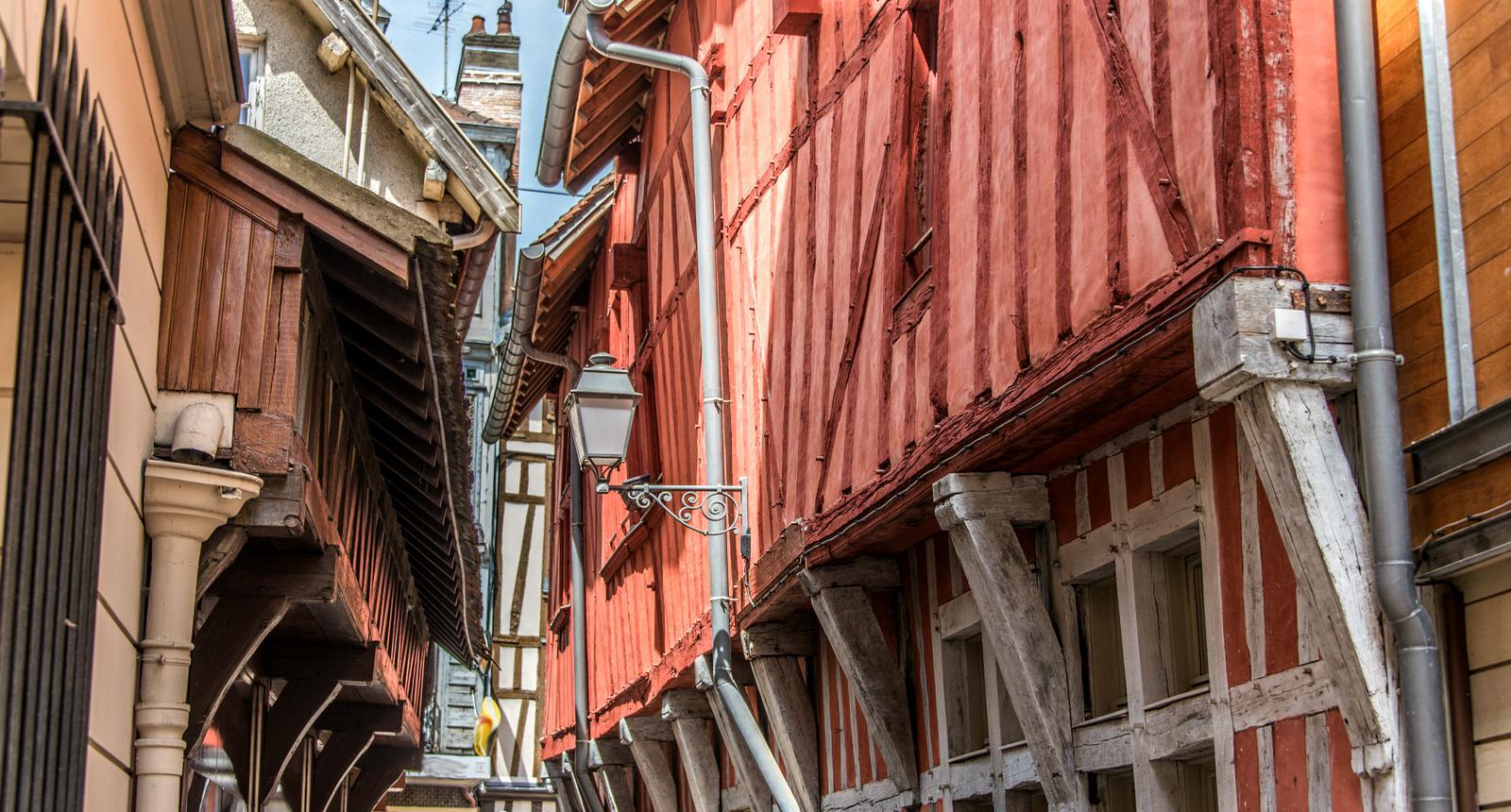 Ruelles bordée de maisons à colombages, Troyes