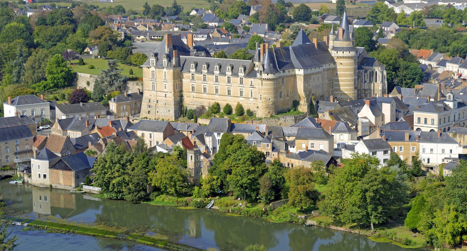 Le château de Durtal au bord du Loir