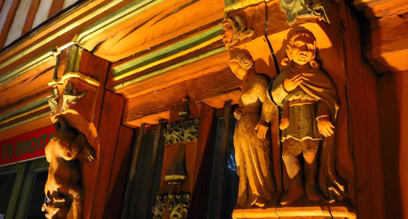 Tours, bois sculpté sur une maison à Colombages