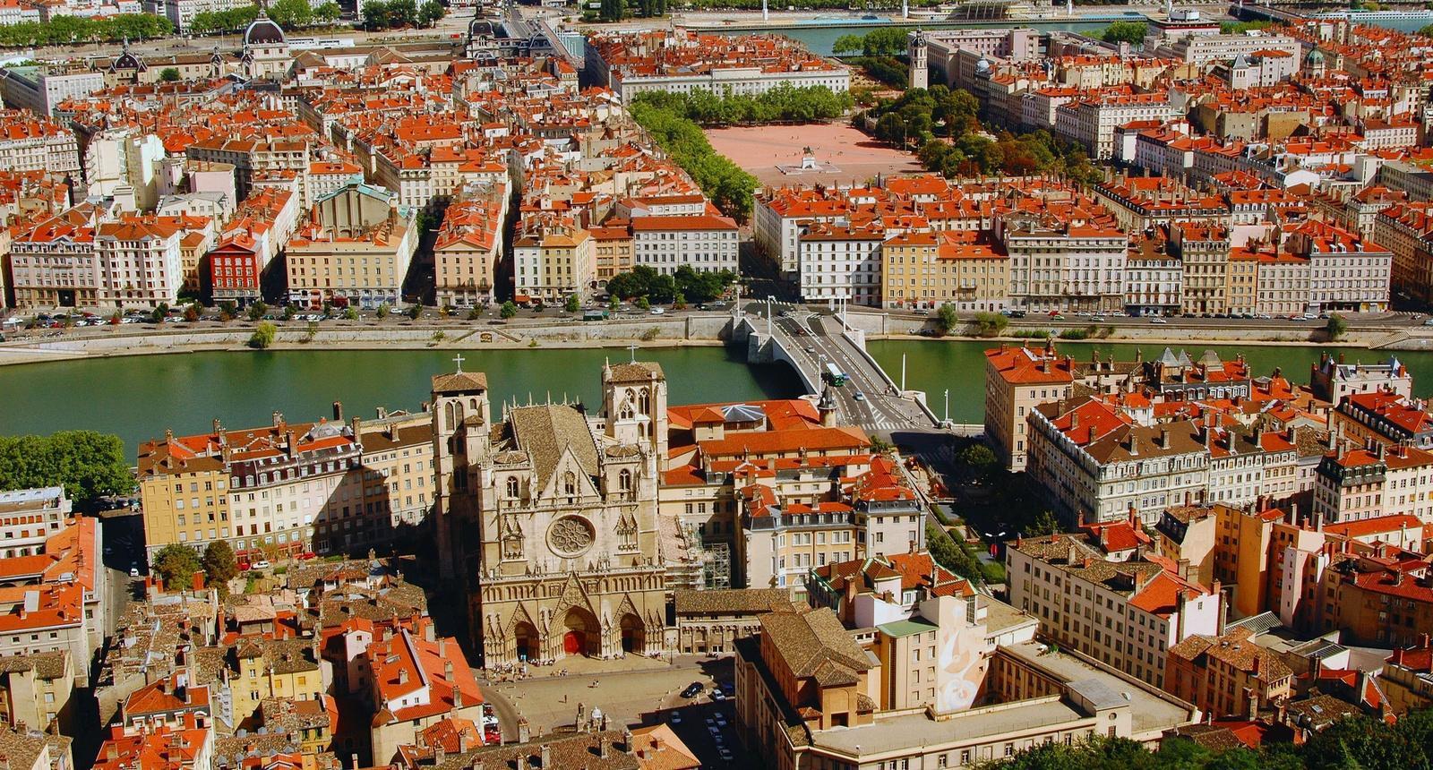 Lyon, la Cathédrale Saint-Jean et au second plan la Place Bellecour