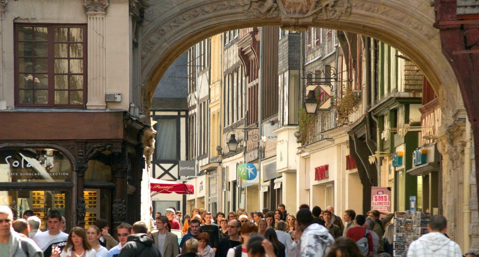 Rouen, la rue du Gros Horloge