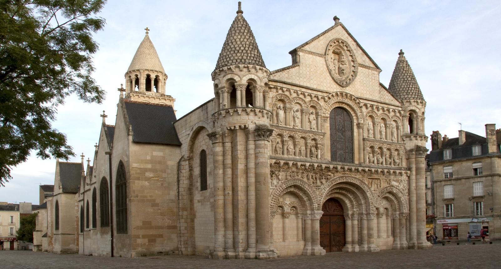Poitiers, le jour décline sur Notre-Dame-La-Grande