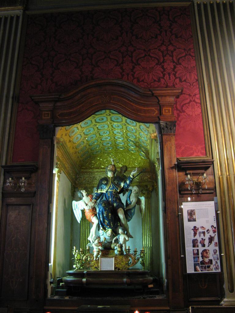 Oratoire de la Confrérie de Saint Roch :  statue processionnelle de Saint Roch