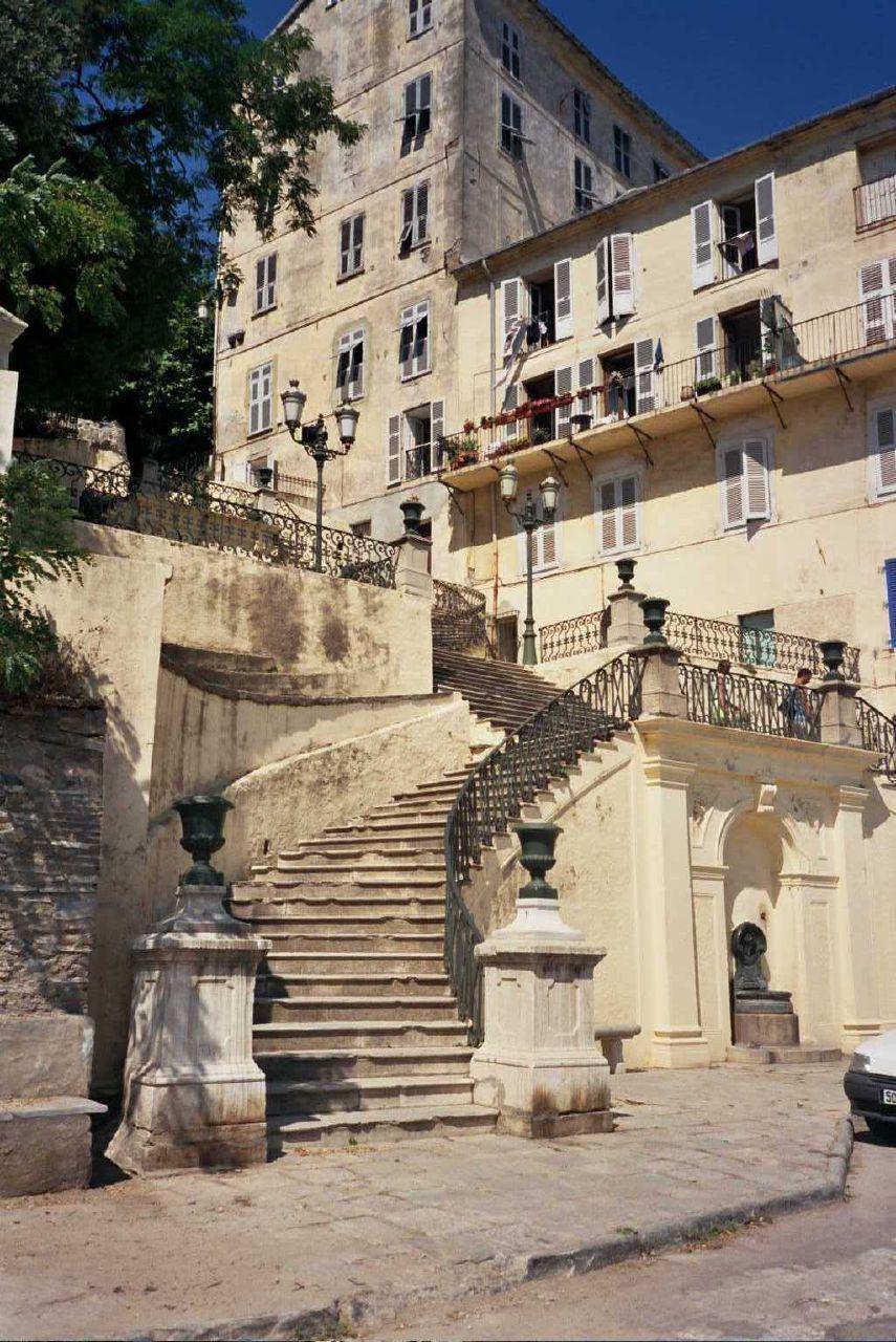 Escalier vers le jardin Romieu