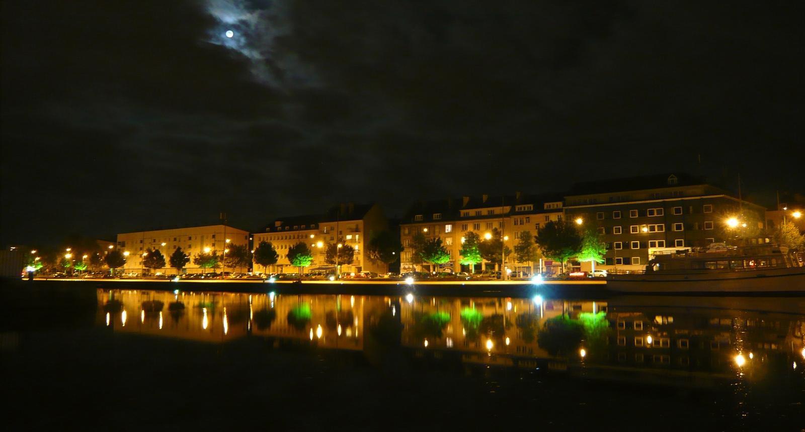 Caen, pleine lune sur le port de plaisance
