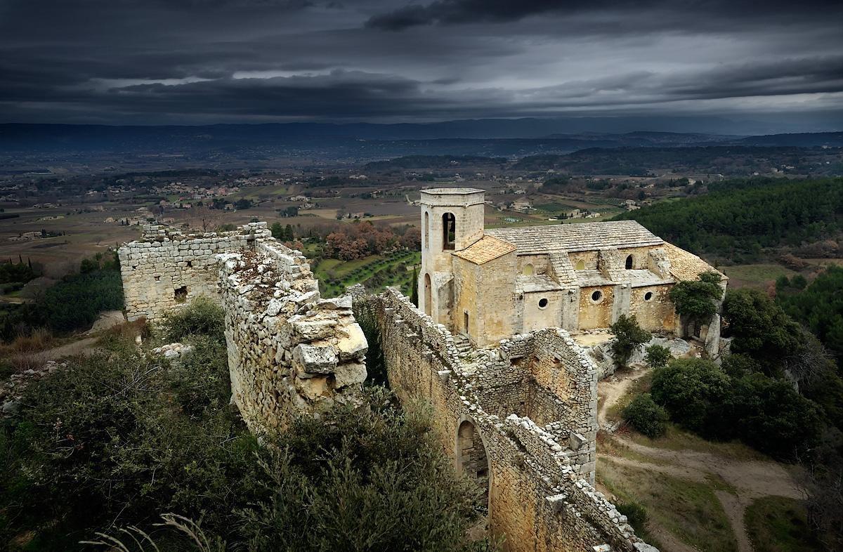 Soirée d'orage sur Oppède, village du Luberon, Vaucluse, Provence