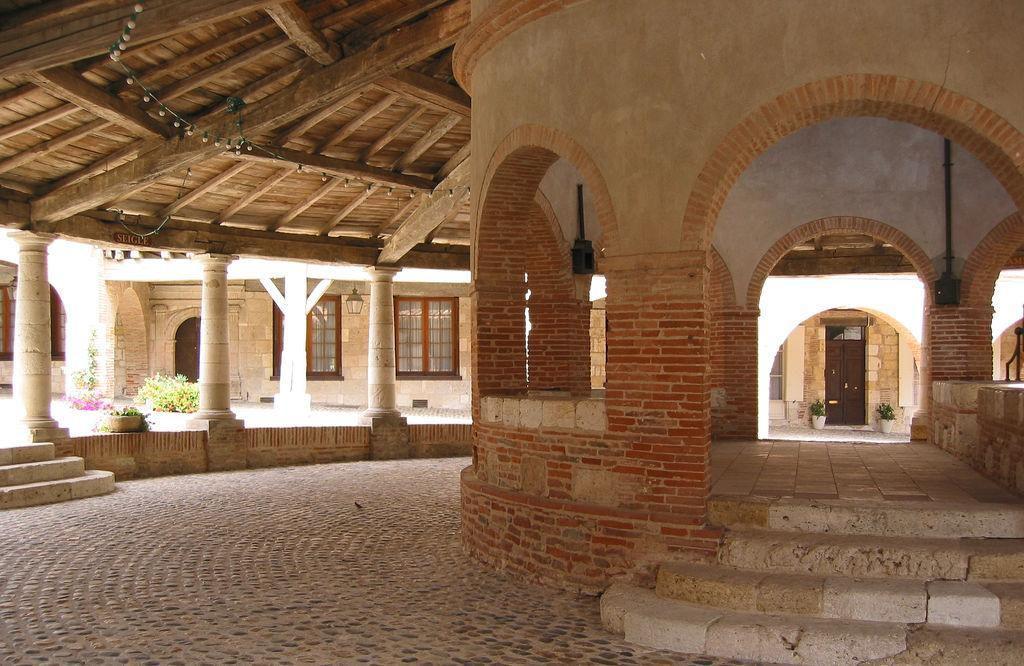 Place de la halle_Auvillar (1)