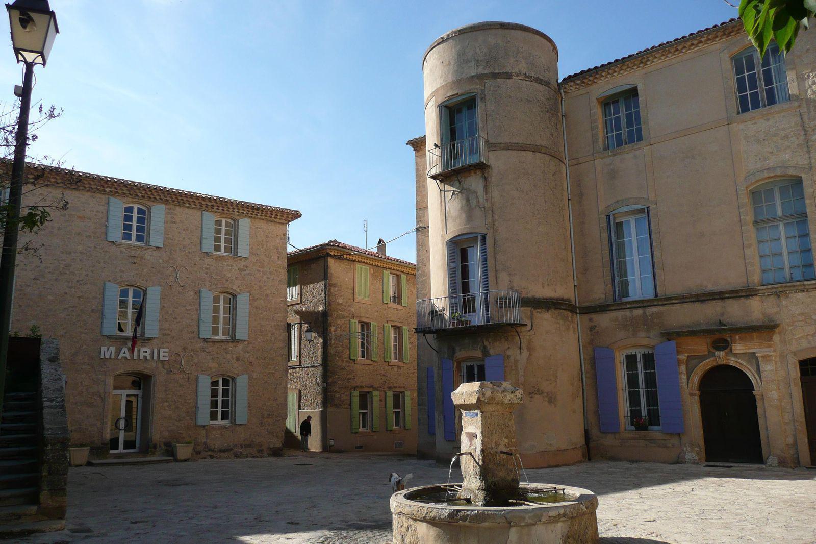 Fontaine, place et mairie du village de Grambois (84240), Luberon, Vaucluse (84)