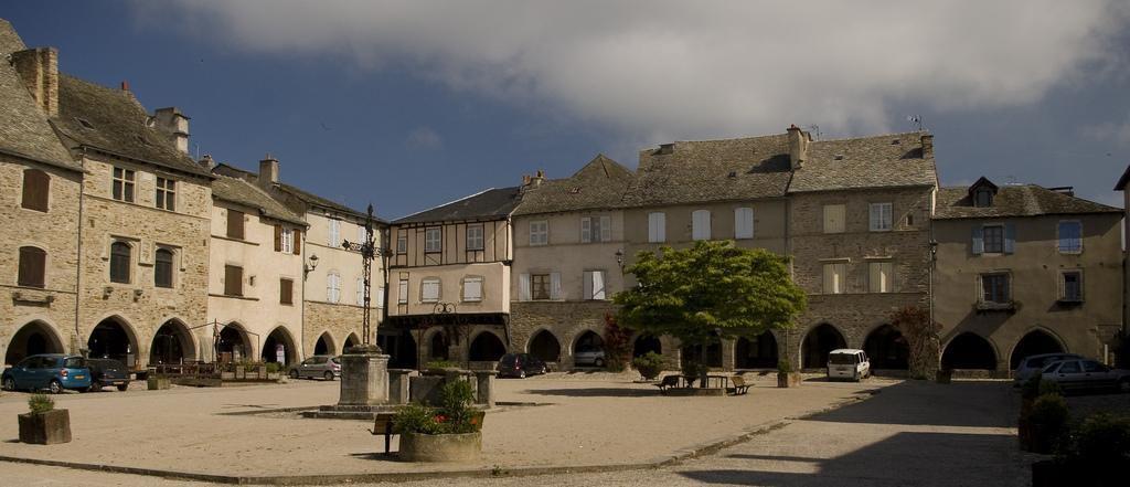 Place centrale_Sauveterre de Rouergue