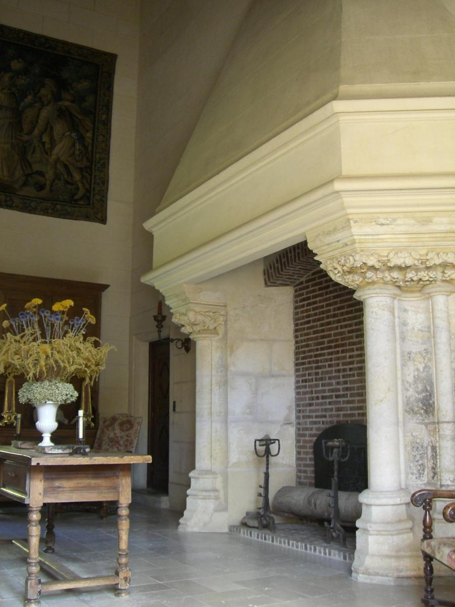 Cheminée (XIVe siècle) du grand hall du corps de logis