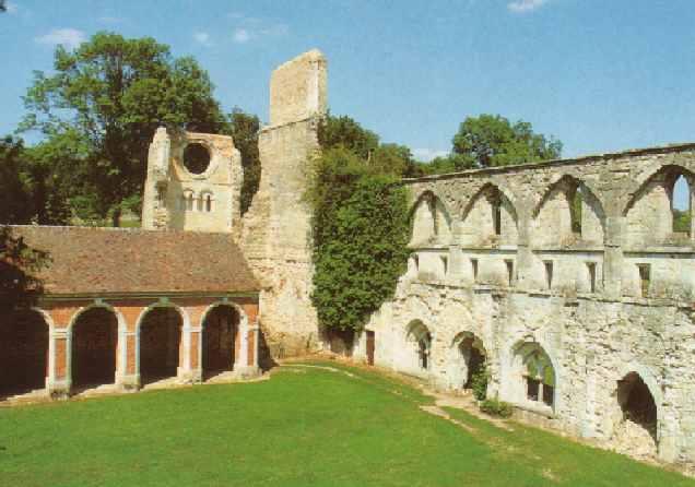 Abbaye de Mortemer le cloitre.jpg