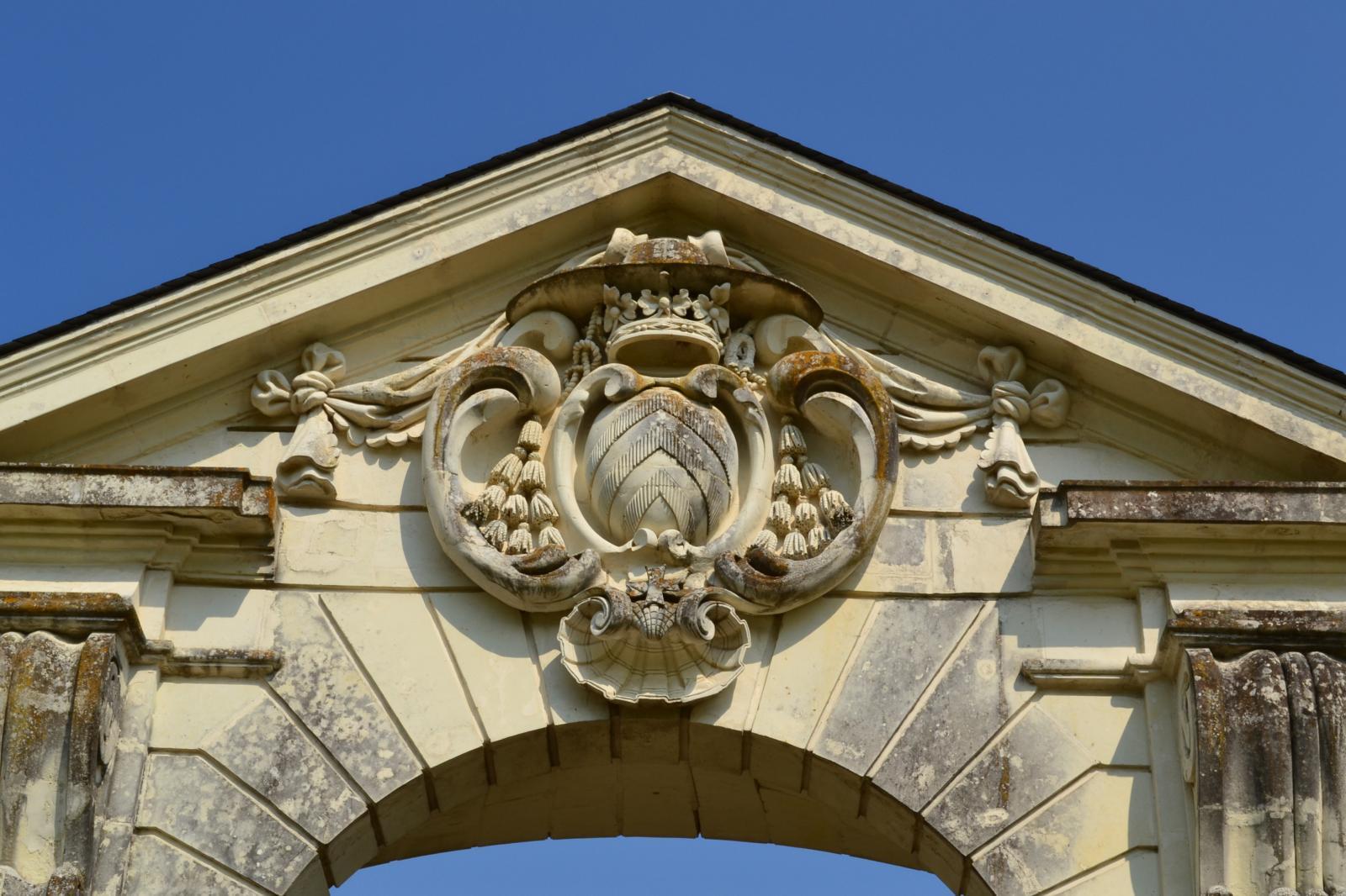 fronton porte du parc du chateau