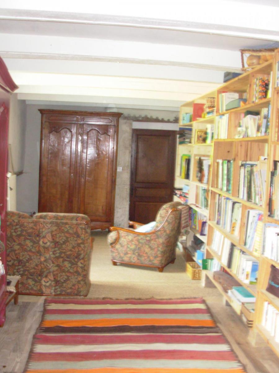 Salon, télé, bibliothèque