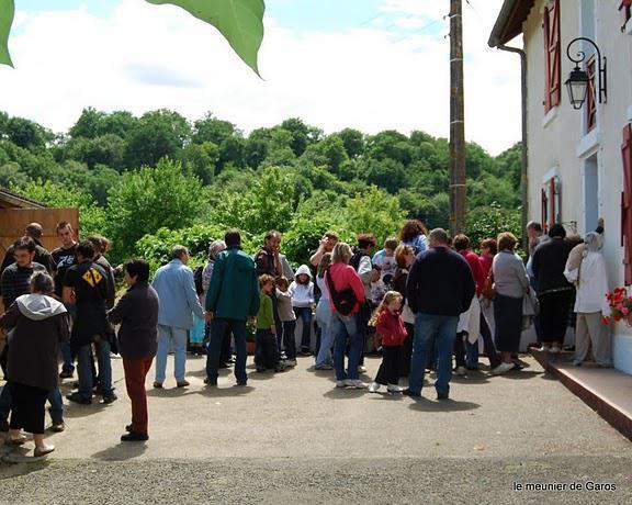 visiteurs a l'entrée du moulin