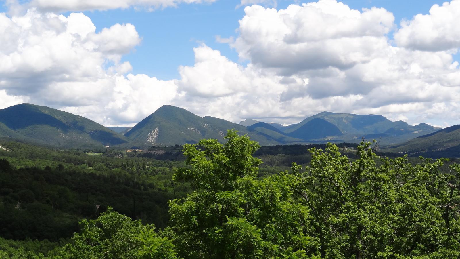 Paysage vu du village médiéval Le Poët-Laval