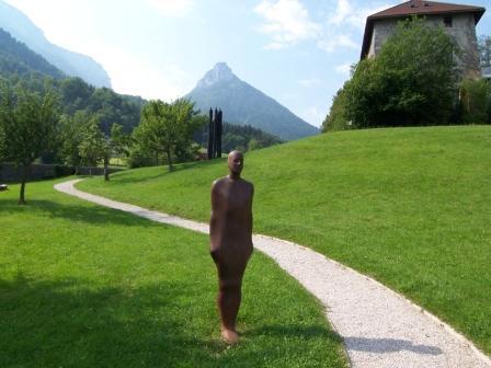 Vue du parc de sculptures, oeuvre d'A. Gormley