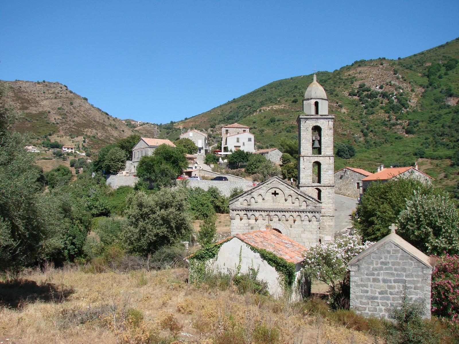 Eglise et vue sur village