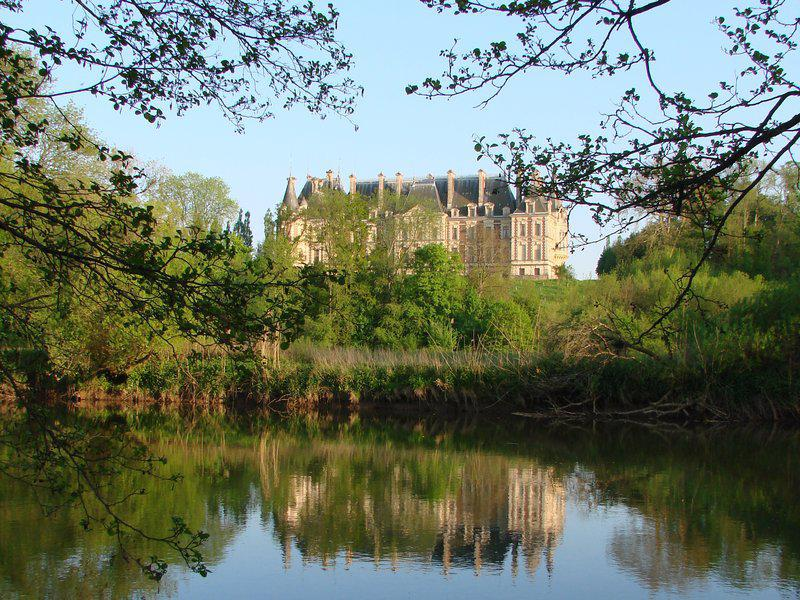 chateau vu depuis la rivière Ognon