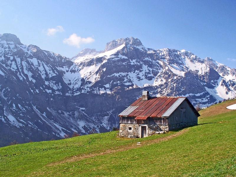 Chalet d'alpage face au massif du Bargy