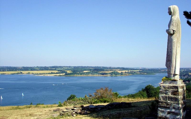 Le lac de Pareloup et la Vierge des Lacs