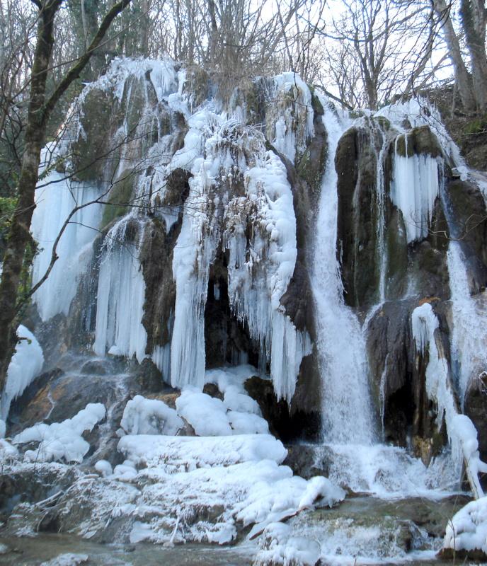 cascade gelée en hiver